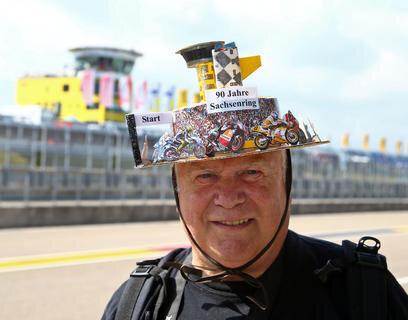 <p>Mit selbstgebasteltem Hut war Michael Grimm aus Endschütz bei Gera am Freitag dabei. Der 65-Jährige fährt seit 1956 zu jeden Rennen auf dem Sachsenring.</p>