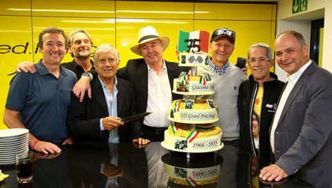 <p>Mit einer Riesen-Torte hat die italienische Motorsport-Legende Giacomo Agostini (Dritter von li.) am Freitagabend seinen 75. Geburtstag in Hohenstein-Ernstthal gefeiert.</p>