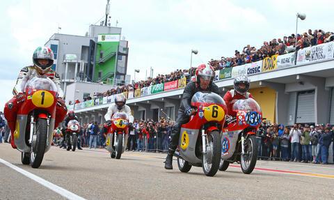 <p>Die Motorradfahrer bei der Ausfahrt aus der Boxengasse bei der MV Agusta Parade.</p>