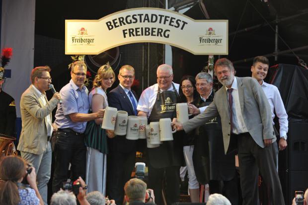 <p>Mitten in der Eröffnungszeremonie am Obermarkt war Bürgermeister Sven Krüge ans Mikrofon getreten und hatte die Besucher des Bergstadtfestes gebeten, das Festgelände in Freiberg geordnet zu verlassen.</p>