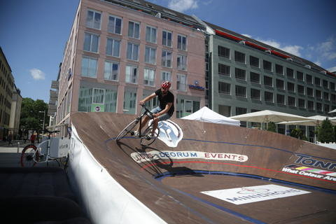 <p>Am Hochradparkour und am Mini-Velodrom probierten sich regelmäßig Passanten aus.</p>