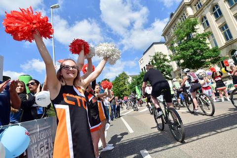 <p>Cheerleader feurten die Fahrer zur Sportstadtrunde am Samstag kräftig an.</p>
