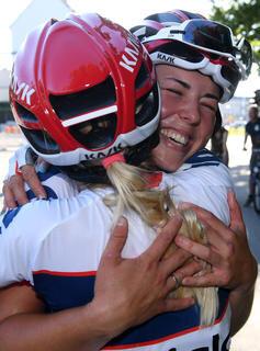 <p>Lisa Klein (rechts), Siegerin im Frauen-Straßenrennen am Samstag, bekam Glückwünsche von Stephanie Pohl.</p>