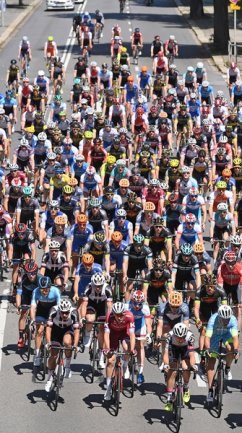 <p>Das Rennen der Männer - hier kurz nach dem Start - verlief über 213,40 Kilometer.</p>