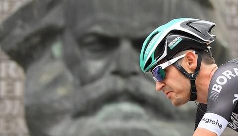 <p>Emanuel Buchmann passiert das Marx-Monument.</p>