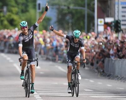 <p>Marcus Burghardt (l.) fuhr zusammen mit seinem Teamkollegen Emanuel Buchmann (BORA hansgrohe) beim Rennen der Männer am Sonntag über 213,4 Kilometer ins Ziel und gewann den Meistertitel.</p>