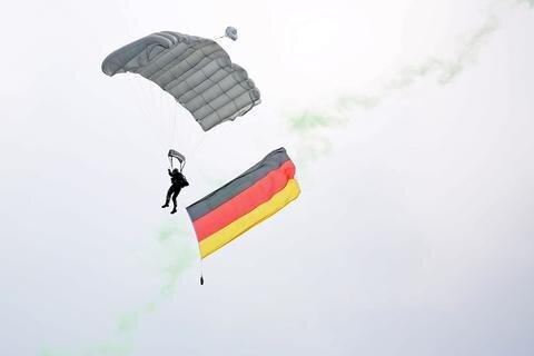 <p>Kurz nach 10 landeten die Soldaten mit einer Deutschlandflagge auf dem Gelände.</p>