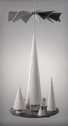 """<p><strong>Hänge- und Standpyramide, Einreicher: Horatzscheck Kunsthandwerk, Tannenberg, 50 cm hoch</strong></p>  <p><br /> """"Ausgehend von unserer bereits bestehenden Kollektion bildet die Kombination von Hänge- und Standpyramide eine absolute Neuheit.""""</p>  <p>Gunnar und Norman Horatzscheck<br /> Gestalter</p>"""