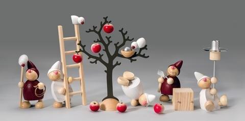 """<p><strong>Sortiment Wichte, Einreicher: Näumanns Galerie für Holzkunst &amp; Design, Seiffen, Figuren bis 10 cm hoch</strong><br /> <br /> """"Fröhliche, freche Wichte mit lachenden Gesichtern, barfüßig, im kurzen Mäntelchen und mit schrägen Zipfelmützen wollen gemeinsam spielerisch kleine Geschichten erzählen.""""<br /> Andreas H. Fleischer Gestalter</p>"""