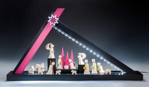 """<p><strong>LED-Schwibbogen Modern-Line Krippe, Einreicher: ULMIK – Erzgebirgische Volkskunst, Seiffen, 65 x 35 x 9 cm</strong></p>  <p><br /> """"Durch die Einrahmung der Heiligen Familie steht diese optisch im Mittelpunkt und<br /> bekommt wie alle Figuren durch die einseitige LED-Beleuchtung einen besonderen plastischen Eindruck.""""<br /> Mike Glöckner und Roy Zeidler&nbsp; Gestalter</p>"""