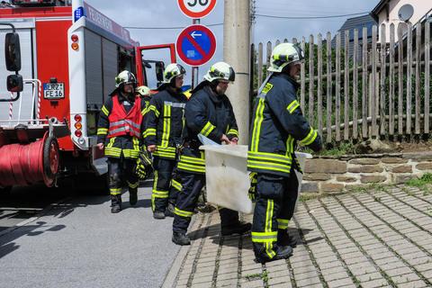 <p>Kurz vor 11 Uhr war die Feuerwehr alarmiert worden, weil sich über Nacht ein Schlauch von einem Behälter gelöst hatte und ca. 30 Liter Schwefelsäure in ein für solche Fälle vorgesehenes Rückhaltebecken geflossen sind.</p>
