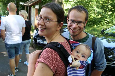 """<p xmlns:php=""""http://php.net/xsl"""">Anett Schlegel mit Mann Jan und dem neun Monate alten Sohn Jakob aus Wittgensdorf sind auch gekommen, um sich das Schloss im Stile der Renaissance anzuschauen.</p>"""