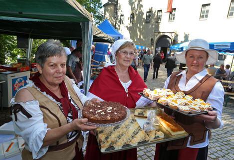 <p>Anneliese Stegmann, Ellen Haase und Brigitte Tschentscher (von links) vom Geschichtsverein versorgten die Besucher ...</p>