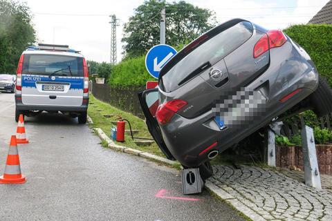 <p>Der Wagen rammte zwei Metallträger einer Hofeinfahrt und blieb dann im Gartenzaun hängen.</p>