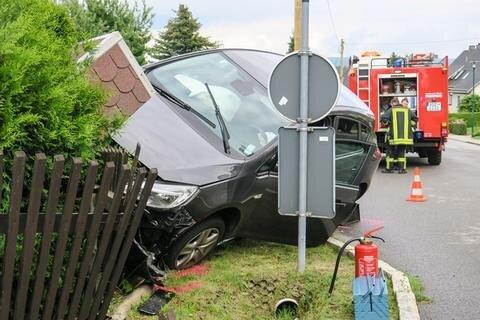 <p>Die Feuerwehr Schwarzenberg Heide kümmerte sich um die Sicherung des Fahrzeuges.</p>