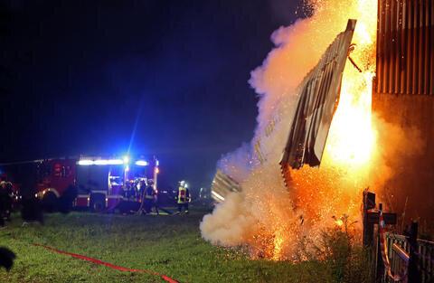 <p>Aus bislang ungeklärter Ursache ist in der Nacht zum Dienstag gegen Mitternacht ein Strohlager auf dem Gelände eines landwirtschaftlichen Betriebes im Meeraner Ortsteil Dittrich in Flammen aufgegangen.</p>