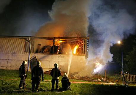 <p>In der Scheune befanden sich rund 3500 Strohquaderballen, die aus bislang noch ungeklärter Ursache in Brand gerieten.</p>