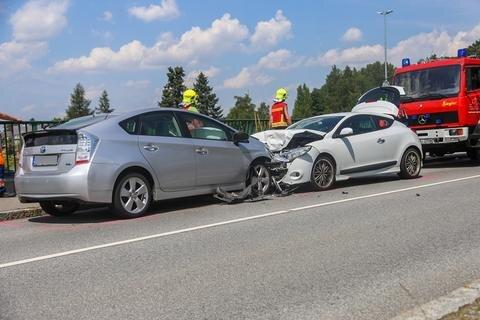 <p>Vier Menschen wurden verletzt - die beiden Fahrer sowie zwei im Renault mitfahrende Kinder.</p>