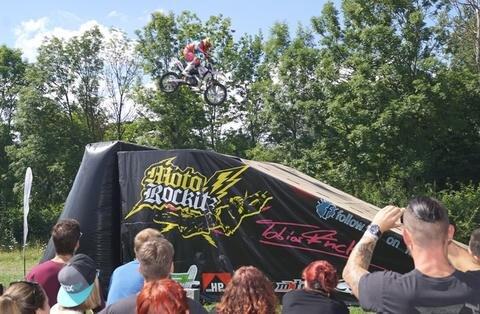 <p>Die Simson-Maschinen mussten zwar am Boden bleiben. Dafür zeigte eine Stuntshow, was auf zwei Rädern in der Luft alles möglich ist.</p>