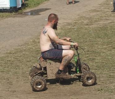 <p>Auch so geht Mopedfahren.</p>