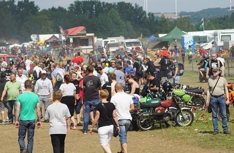 <p>Tausende Mopedfans und Schaulustige strömten auf das Festgelände am Zwickauer Flugplatz.</p>