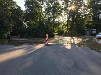 <p>Die Flut ergoss sich zunächst über einen Weg im Bereich des Parks und breitete sich schließlich über einen großen Teil der Humboldtstraße aus – fast bis zur Moccabar-Kreuzung.</p>