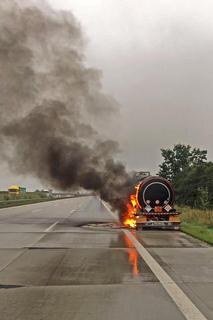 <p>Der Lkw hatte das Gefahrgut Bitumen geladen. Der Behälter wurde bei dem Brand jedoch nicht beschädigt.</p>