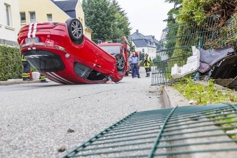 <p>Offenbar krachte das Auto in einen Zaun.</p>
