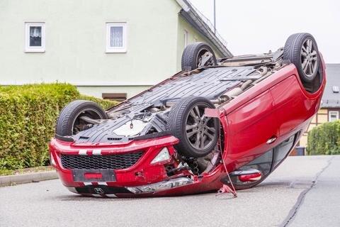 <p>Gegen 17.30 Uhr überschlug sich der Honda auf der Hauptstraße.</p>