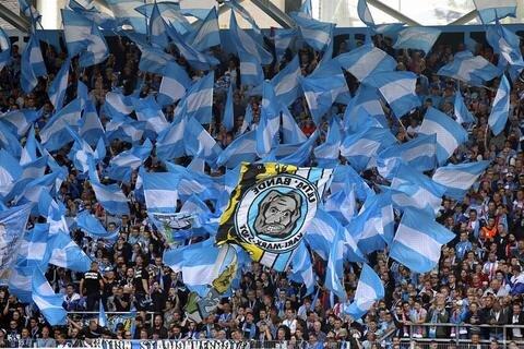 <p>Der himmelblaue Anhang unterstützt seinen Verein.</p>