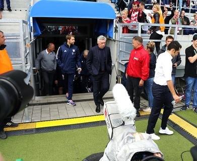 <p>Bayern-Trainer Ancelotti auf dem Weg zum Spielfeldrand.</p>