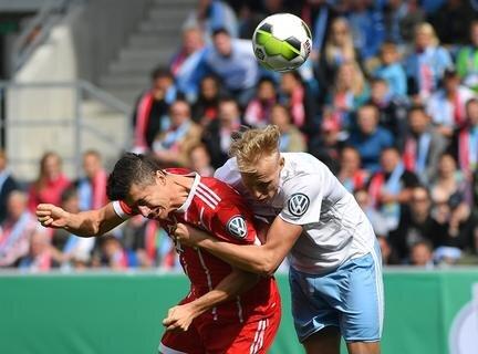 <p>Bayerns Robert Lewandowski (l.) und der Chemnitzer Tom Scheffel kämpfen um den Ball.</p>