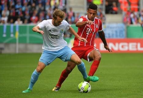 <p>Bayerns Corentin Tolisso (r.) und der Chemnitzer Jan Koch kämpfen um den Ball.</p>