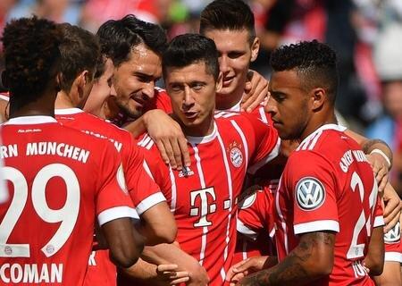 <p>Bayerns Robert Lewandowski (Mitte) jubelt nach seinemTor zum 1:0.</p>