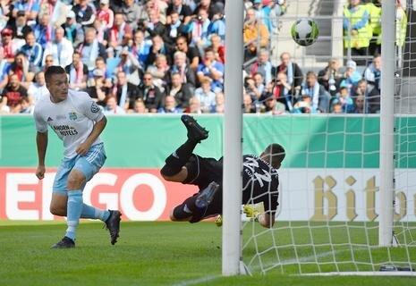<p>Die Chemnitzer Daniel Frahn und Torhüter Kevin Kunz (v.l.) können das Tor zum 0:1 für Bayern nicht verhindern.</p>