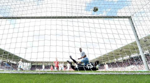<p>Der Chemnitzer Torhüter Kevin Kunz kann das Tor zum 1:0 durch Robert Lewandowski nicht verhindern.</p>