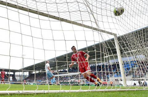 <p>Bayerns Robert Lewandowski beobachtet den Ball bei seinem Tor zum 3:0.</p>