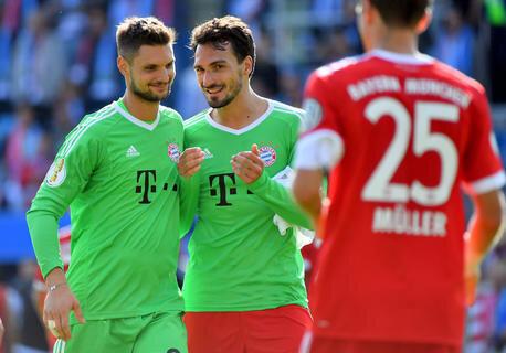 <p>Bayerns Sven Ulreich und Mats Hummels (v.l.) freuen sich über den Sieg.</p>