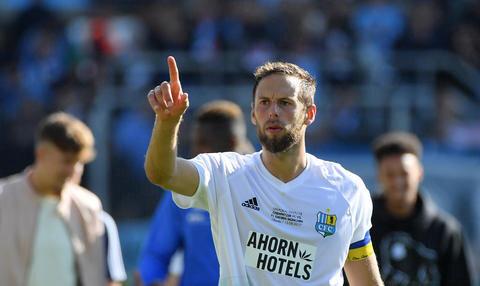 <p>Kapitän Marc Endres bedankt sich bei den Fans.</p>