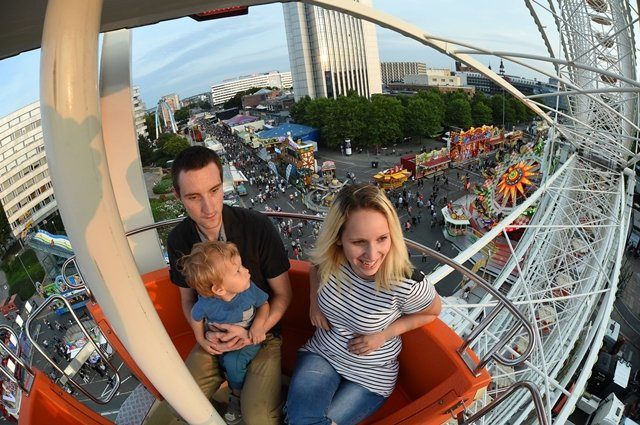 <p>Seit Freitagabend läuft das Chemnitzer Stadtfest, auf dem Foto Anna Höppner mit Niels Parthum und Sohn Finn Höppner auf dem Riesenrad mit Blick über die Stadt.</p>