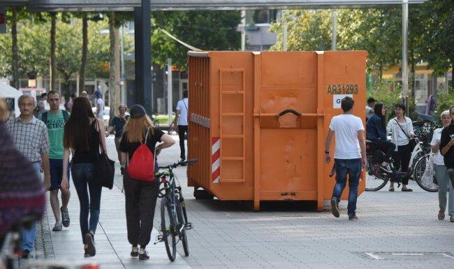 <p>Ein mit Sand befüllter Container soll potenzielle Terroristen daran hindern, in tödlicher Absicht auf das Stadtfest-Gelände zu fahren.</p>