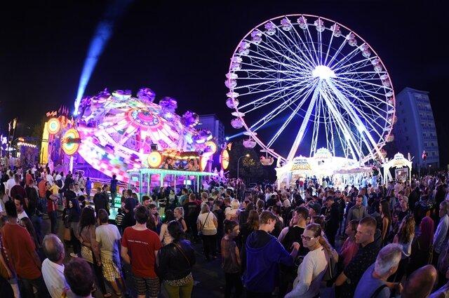 <p>Das Stadtfest beleuchtet am Samstagabend.</p>