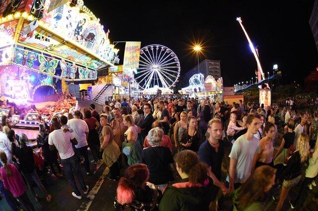 <p>Das Stadtfest Chemnitz ist auch am Samstagabend gut besucht.</p>
