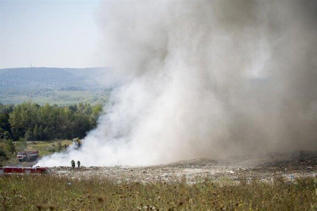 """<p xmlns:php=""""http://php.net/xsl"""">Nach Angaben des Uni-Petrol-Sprechers Pavel Kaidl in Prag handelt es sich um einen Großbrand, der auf einer Mülldeponie in Litvinov in den Nachtstunden ausgebrochen ist, die sich in etwa zwei Kilometer Entfernung vom Unipetrol-Chemiewerk befindet.</p>"""