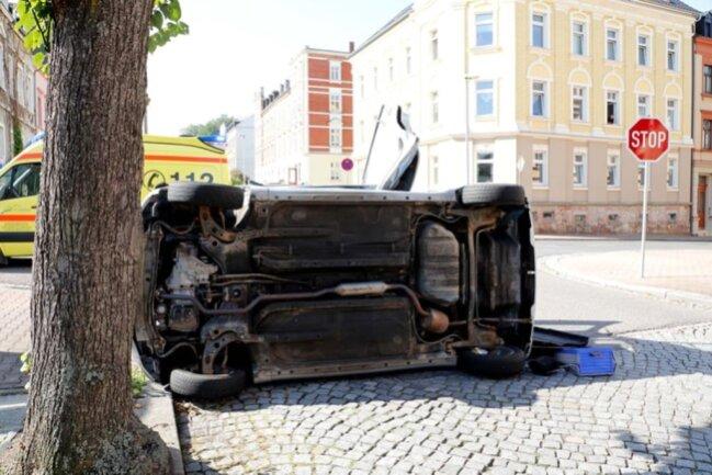 <p>Ein 79-Jähriger hat am Montag an der August-Bebel-Straße/Ecke Winklerstraße mit seinem Daihatsu einem Skoda die Vorfahrt genommen. Es kam zur Kollision.</p>
