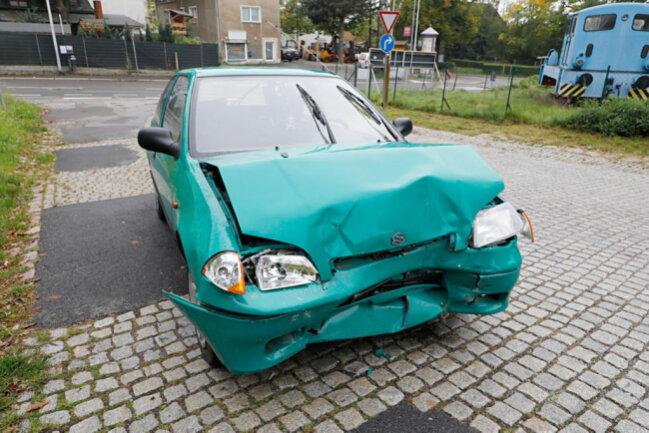 <p>Nach ersten Informationen der Polizei stellt der Unfallverursacher das Auto eine Querstraße weiter ab und flüchtete.</p>