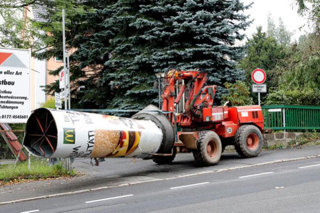 <p>Diese versperrte daraufhin die Einfahrt zu einem Handwerksbetrieb, wurde allerdings von einem Bereitschaftsmitarbeiter mit einem Bagger beräumt.</p>