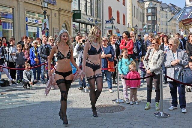 <p>Modenschau mit Dessoushow von Hunkemoeller in der Innenstadt.</p>