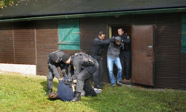 """<p xmlns:php=""""http://php.net/xsl"""">Bei der Übung am Dienstagvormittag endete die Flucht der Gesuchten in einer abgelegenen Jagdhütte.</p>"""