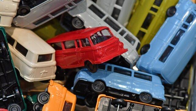 <p>Modellfahrzeuge des DDR-Kleinbusses Barkas B 1000 auf dem Wühltisch: Automodelle, Modellbahn- und Bastelzubehör, ferngesteuertes Spielzeug und vieles mehr wird an den Ständen auf der Messe feilgeboten.</p>